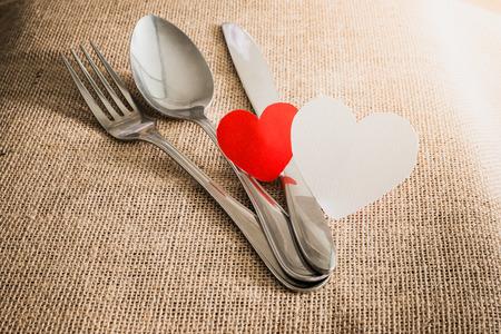 diner romantique: Romantique concept de dîner de Saint-Valentin avec l'argenterie sur les textures de Sackcloth