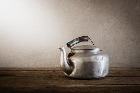 cocina antigua: la tetera de aluminio vieja naturaleza muerta. tono de �poca Foto de archivo