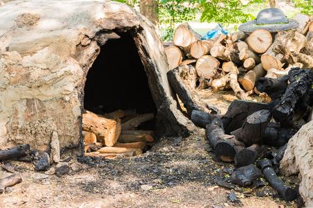 inceneritore: Inceneritore Carbone nel campo della campagna Tailandia