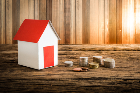 ?real estate?: casa de papel que simboliza en mesa de madera. Concepto de bienes ra�ces