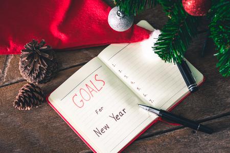 Metas de año nuevo con decoraciones coloridas. Metas de Año Nuevo son resoluciones o promesas que la gente hace para el Año Nuevo para hacer su próximo año mejor de alguna manera