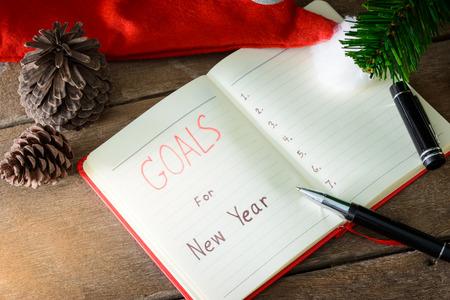 Metas de año nuevo con decoraciones coloridas. Metas de Año Nuevo son resoluciones o promesas que la gente hace para el Año Nuevo para hacer su próximo año mejor de alguna manera Foto de archivo