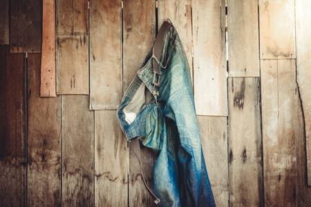 de vaqueros: Vintage, Jeans colgado en la pared de fondo de madera