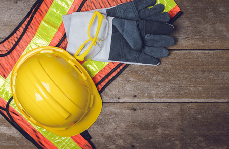 QUipement de sécurité de la construction standard sur la table en bois. vue de dessus Banque d'images - 54573646
