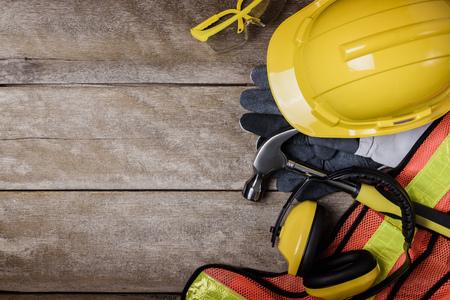 seguridad e higiene: equipo de seguridad estándar de construcción en la mesa de madera. vista superior