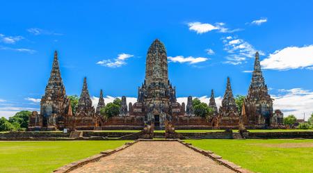 principal: ruinas majestuosas de 1629 Wat Chaiwatthanaram construidos por rey Prasat Tong con su principal Prang (centro) que representa el Monte Meru, la morada de los dioses en Ayutthaya, Tailandia