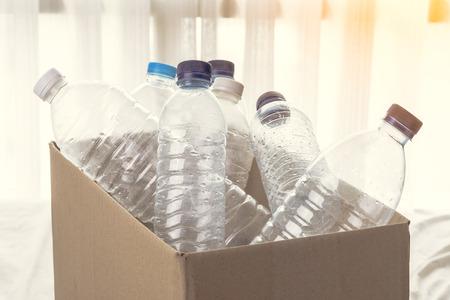 envases plasticos: Caja de cartón llena de reciclado de envases de plástico transparente Foto de archivo