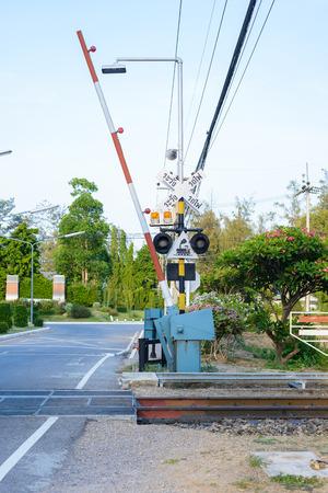 splint: Cruce de ferrocarril con las barreras y sistema de seguridad Foto de archivo
