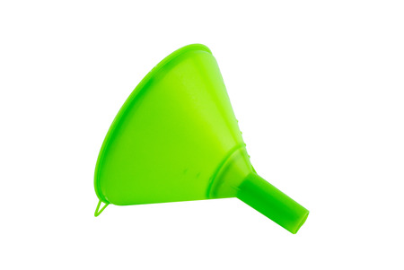 Plastikwasserfülltrichter, Kegel für das Füllen des Wassers oder der Flüssigkeit, Plastiktrichterflüssigkeit lokalisiert auf weißem Hintergrund mit Beschneidungspfad