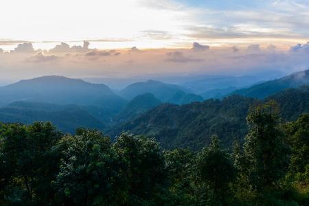 안개의 바다, 관광객과 캠프장 텐트, Mon Sone 관점에서보기, Doi Pha Hom Pok 국립 공원, Angkhang mountain, 치앙마이, 태국 스톡 콘텐츠