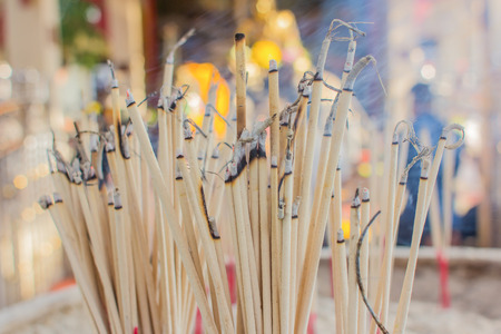 incienso: La quema de incienso en el templo Foto de archivo