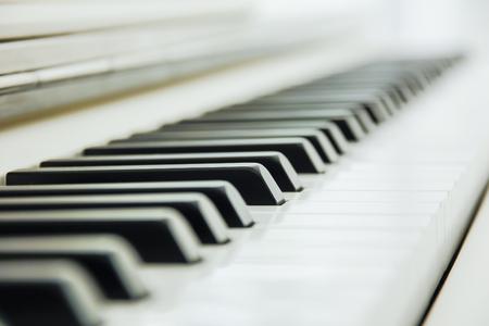 fortepian: Close-up z klawiatury fortepianu na środku Ab z dużą ilością białych znaków