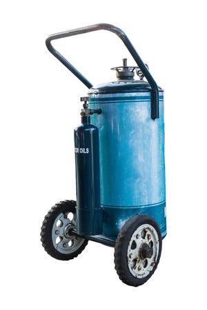 tanque de combustible: dep�sito de combustible azul con rueda de aislar en el fondo blanco