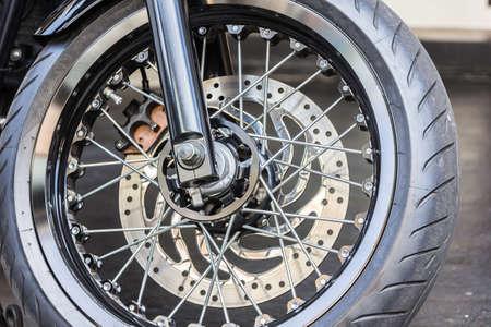 frenos: Rueda de la motocicleta en blanco con frenos ABS y negro.