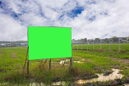 clave sol: carretera con el m�stil de la muestra y el cielo azul con nubes, verde croma clave