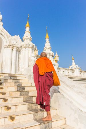 limosna: Asiáticas jóvenes monjes budistas del sudeste caminando limosnas de la mañana en Inle, Myanmar