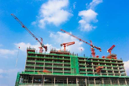 Baustelle mit Kran und Gebäude