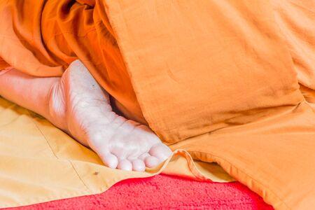 sotana: Primer en el único monje budista del pie durante la ceremonia de oración, Tailandia