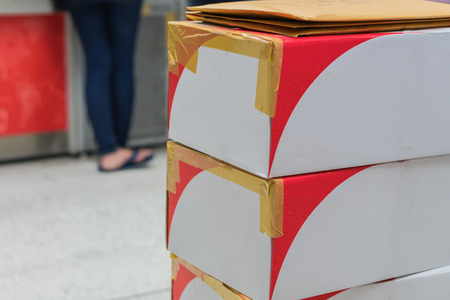 scatole di cartone marrone disposti in pila Archivio Fotografico