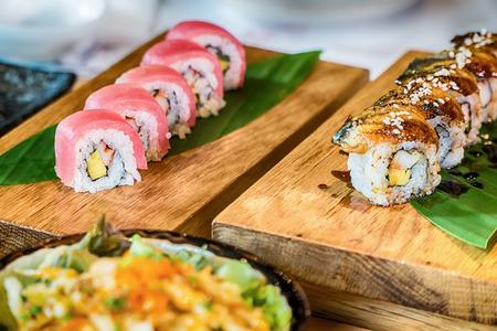 japanese sake: Diferente variedad de sushi fresco