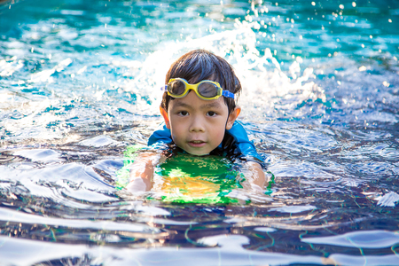 boy learn to swim in the swimming pool Foto de archivo