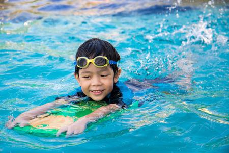 niño aprender a nadar en la piscina