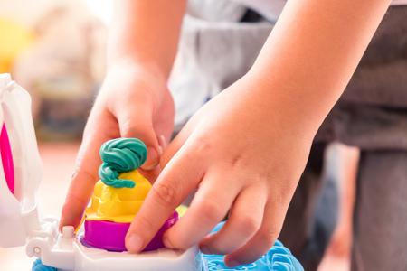 子供たちは自分の手から多くの面白い形を作るために金型で生地を再生します。