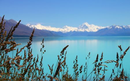 reflecting: Beautiful mountain turquoise color lake, blue sky and snow peaks reflecting in the water. Lake Tekapo, Mount Cook National Park, New Zealand 스톡 사진