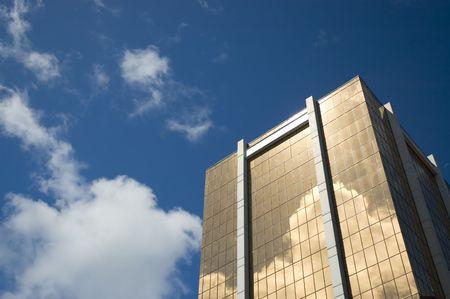Modern bank building with golden windows reflecting the sky 版權商用圖片