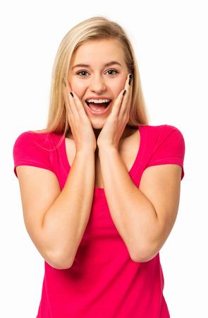 femme bouche ouverte: Portrait d'une femme surprise en hurlant isolé sur fond blanc Tir vertical Banque d'images