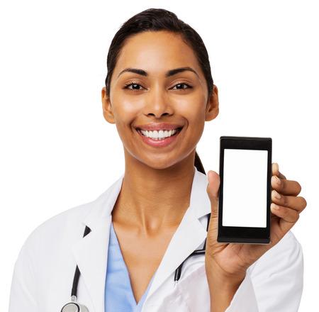 doctora: Retrato de feliz m�dico femenino promover tel�fono inteligente contra el fondo blanco. Tiro horizontal.