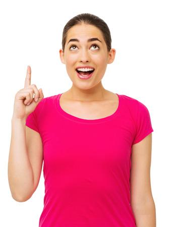 femme bouche ouverte: Surpris femme pointant vers le haut sur fond blanc. Tir vertical.