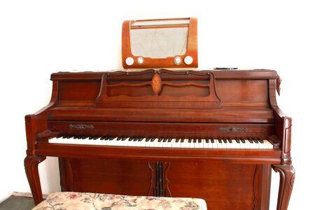 transitor: piano viejo con transistor viejo Foto de archivo
