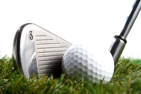 白い背景の上のゴルフボールをヒットする準備ができてゴルフ クラブ