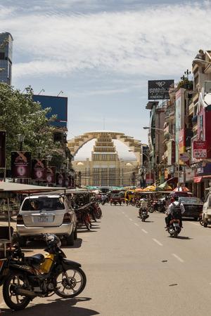 central market: Phnom Penh, Camboya - 05 de junio 2014 Escena de la calle en frente de psar Thmei mercado central de Phnom Penh, Camboya Psar Thmei mercado central es el mercado m�s grande de Camboya Editorial