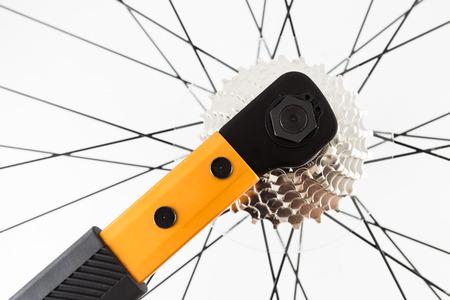 hand crank: mano usando herramientas para instalar en bicicleta conjunto de manivela trasera
