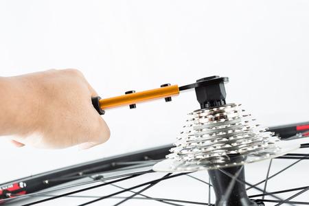 hand crank: mano usando herramientas para instalar juego de bielas posterior de la bicicleta Foto de archivo