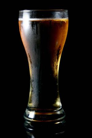 Bier in einem Glas auf schwarzem Hintergrund