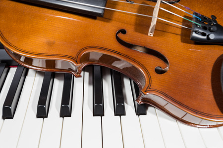 fortepian: cyfrowe pianino i skrzypce Zdjęcie Seryjne