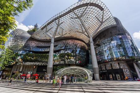 SINGAPORE - 28 februari 2015: Dag toneel van ION Orchard winkelcentrum op 28 februari 2015.ION is een van de beroemde winkelcentra in Singapore.