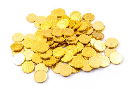 Gold coin: vàng đồng xu chồng cô lập trên nền trắng