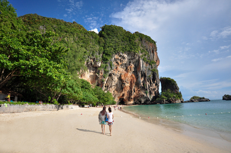 aonang: Island in Thailand (Krabi) has clean beaches, clear waters and beautiful stone. This usually tourists visit throughout the year.