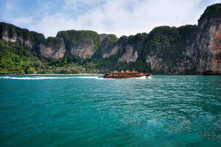 aonang: Ship tourists traveling between islands in Thailand. Island in Thailand (Krabi) has clean beaches, clear waters and beautiful stone.