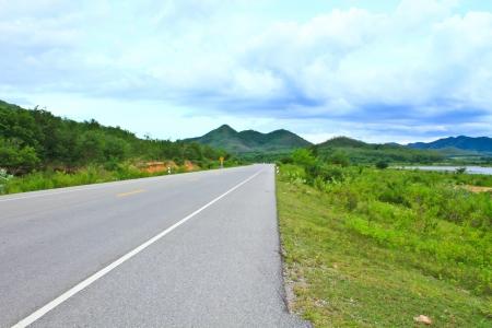 Phetchaburi 지방 태국에서 아스팔트 도로의보기