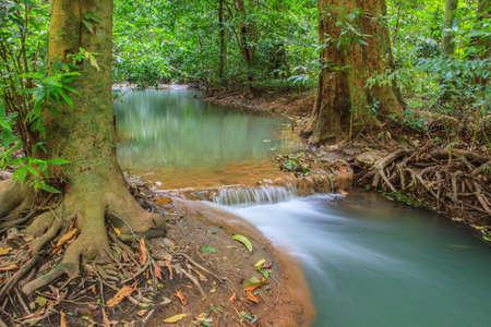 cielo: Cascada en la selva tropical en el Parque Nacional Khoranee Thanbok, Krabi, Tailandia