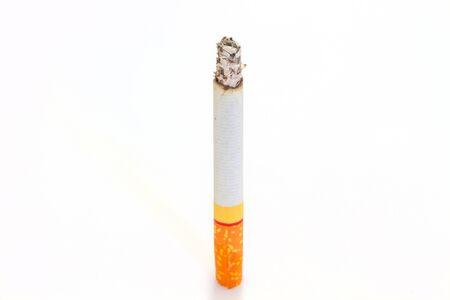 quemadura: Quemadura de cigarrillo en el fondo blanco de cerca