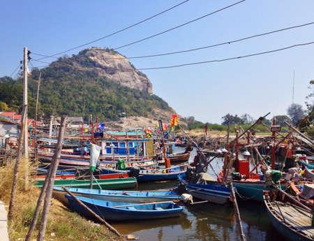 red: Barcos de pesca en Hua Hin Tailandia Foto de archivo