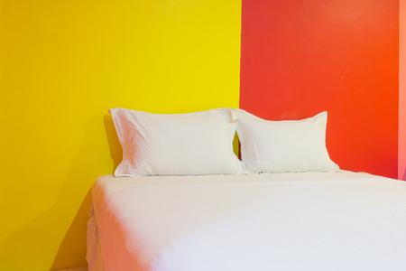 Een hotelkamer met kleurrijke muur