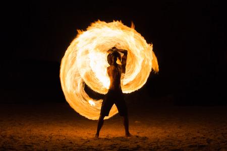 Man Fire tonen op het strand, Koh Kood (Kood eiland) THAILAND Stockfoto