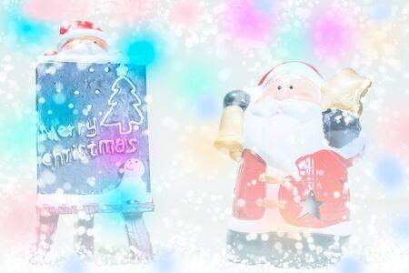 estrella caricatura: Santa Claus de pie en la nieve falsa con una pizarra en el fondo colorido